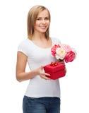 Mujer sonriente con el ramo de flores y de caja de regalo Fotografía de archivo libre de regalías