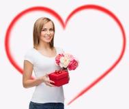 Mujer sonriente con el ramo de flores y de caja de regalo Foto de archivo libre de regalías