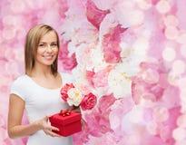 Mujer sonriente con el ramo de flores y de caja de regalo Fotos de archivo