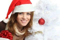 Mujer sonriente con el árbol de navidad Imagen de archivo libre de regalías