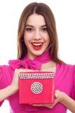 Mujer sonriente con el rectángulo rosado en manos Fotos de archivo libres de regalías