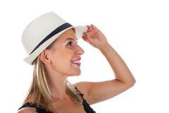 Mujer sonriente con el sunhat imagenes de archivo