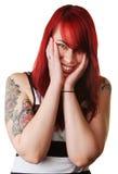 Mujer sonriente con el tatuaje de la muñeca Fotografía de archivo