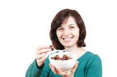 Mujer sonriente con el tazón de fuente de castañas Fotos de archivo libres de regalías