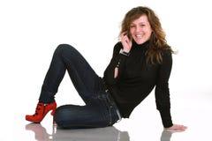 Mujer sonriente con el teléfono Fotografía de archivo libre de regalías