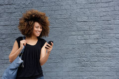 Mujer sonriente con el teléfono celular foto de archivo libre de regalías