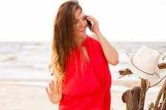 Mujer sonriente con el teléfono móvil Foto de archivo libre de regalías