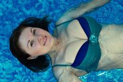 Mujer sonriente con espalda floja de la natación del pelo en un traje de baño bicolor del bikini fotografía de archivo