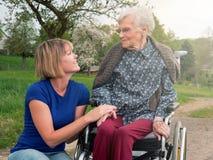 Mujer sonriente con la abuela foto de archivo libre de regalías