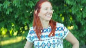 Mujer sonriente con la bicicleta almacen de metraje de vídeo