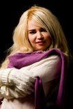 Mujer sonriente con la bufanda violeta Imagen de archivo libre de regalías
