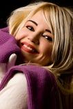 Mujer sonriente con la bufanda violeta Imagen de archivo