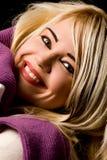 Mujer sonriente con la bufanda violeta Imagenes de archivo