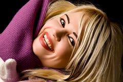 Mujer sonriente con la bufanda violeta Foto de archivo