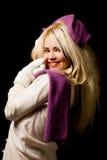 Mujer sonriente con la bufanda violeta Fotografía de archivo libre de regalías
