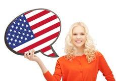 Mujer sonriente con la burbuja del texto de la bandera americana Fotografía de archivo