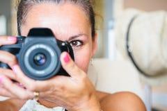 Mujer sonriente con la cámara digital fotos de archivo