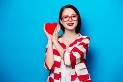 Mujer sonriente con la caja de la forma del corazón Imagen de archivo libre de regalías