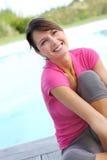 Mujer sonriente con la camisa rosada Foto de archivo libre de regalías
