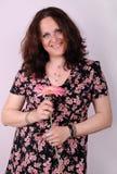 Mujer sonriente con la flor imágenes de archivo libres de regalías