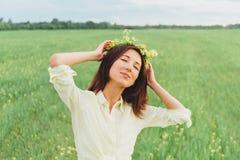 Mujer sonriente con la guirnalda de flores Fotos de archivo
