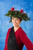 Mujer sonriente con la guirnalda del advenimiento Imagen de archivo libre de regalías