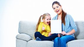 Mujer sonriente con la muchacha que sostiene la tarjeta en blanco imagen de archivo libre de regalías