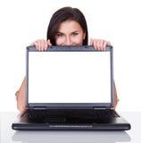 Mujer sonriente con la pantalla en blanco del ordenador portátil Fotografía de archivo