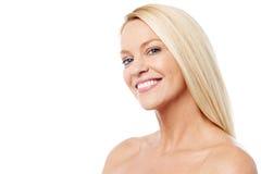 Mujer sonriente con la piel limpia imagenes de archivo