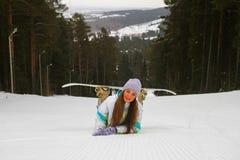 Mujer sonriente con la snowboard fotos de archivo