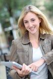 Mujer sonriente con la tablilla Imagen de archivo