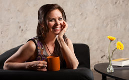 Mujer sonriente con la taza Imagen de archivo libre de regalías