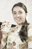 Mujer sonriente con la taza Foto de archivo libre de regalías