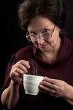 Mujer sonriente con la taza de bebida caliente imagenes de archivo