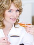 Mujer sonriente con la taza de café Fotografía de archivo