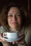 Mujer sonriente con la taza de café Foto de archivo