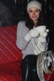 Mujer sonriente con la taza en café de la calle Foto de archivo libre de regalías