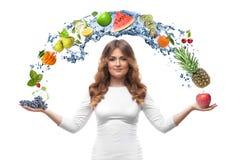 Mujer sonriente con las frutas aisladas Fotos de archivo libres de regalías