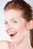Mujer sonriente con las paréntesis en los dientes Imagen de archivo