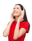 Mujer sonriente con los auriculares Fotografía de archivo