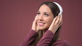 Mujer sonriente con los auriculares Imagen de archivo libre de regalías