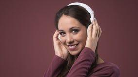 Mujer sonriente con los auriculares Imagen de archivo