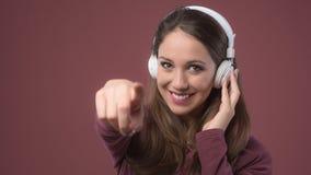 Mujer sonriente con los auriculares Imagenes de archivo