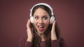 Mujer sonriente con los auriculares Imágenes de archivo libres de regalías