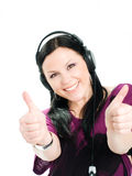 Mujer sonriente con los auriculares que detienen los pulgares Imagenes de archivo