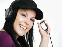 Mujer sonriente con los auriculares y el mp3 Fotografía de archivo