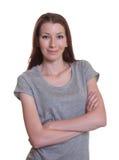 Mujer sonriente con los brazos cruzados Imagen de archivo