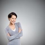 Mujer sonriente con los brazos cruzados Imágenes de archivo libres de regalías