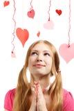 Mujer sonriente con los corazones de papel rojos y rosados del diseñador de la tarjeta del día de San Valentín Fotografía de archivo libre de regalías