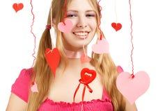 Mujer sonriente con los corazones de papel rojos y rosados del diseñador de la tarjeta del día de San Valentín Foto de archivo